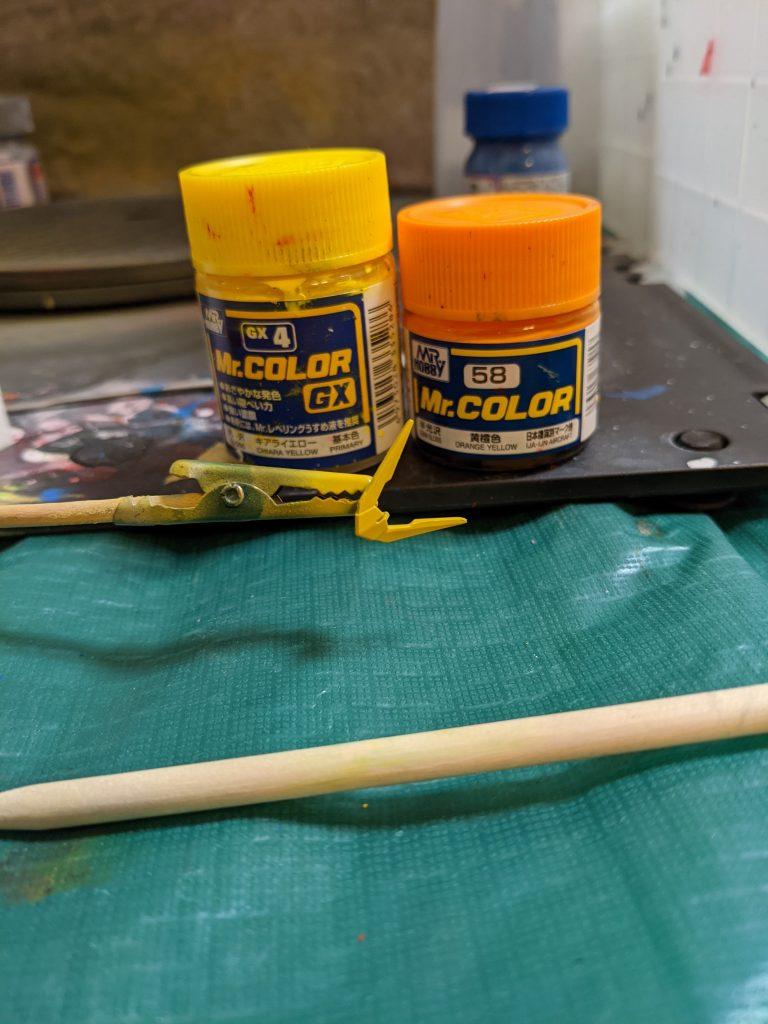 ガンプラのアンテナを塗装しています。