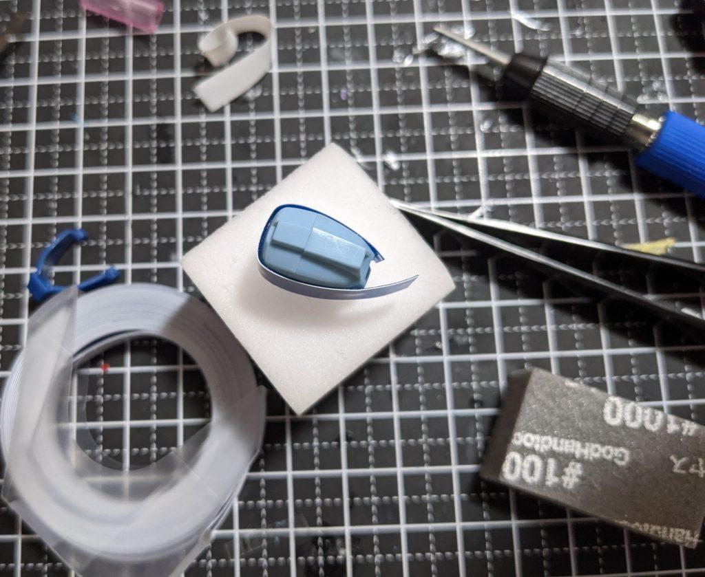 スジボリガイドテープ 6mm×3m 青を使用するとパーツをぐるっと囲めます。